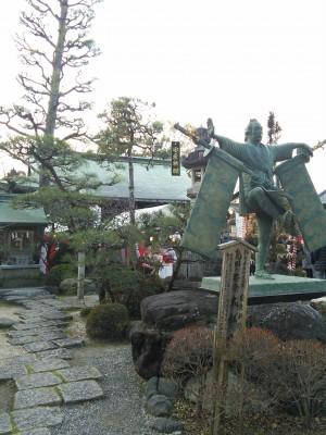 拝殿とブロンズ像