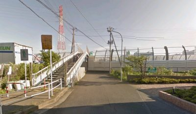 グーグルマップより、こんな感じの歩道橋です