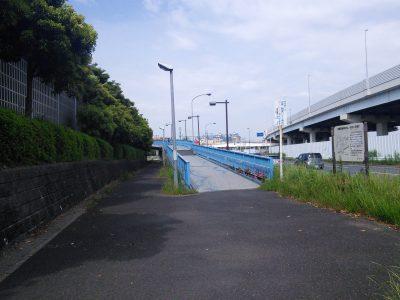 この歩道橋を渡ると舞浜駅です