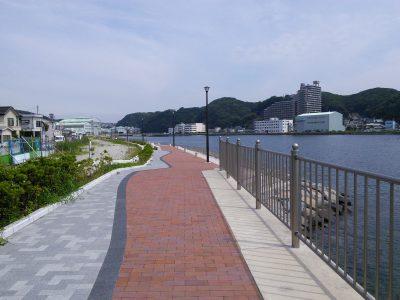 綺麗に舗装された道を浦賀駅方面へ