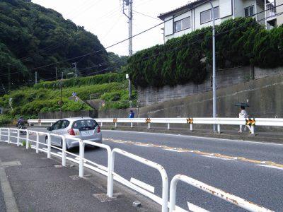 道路を挟んだ向こう側に高台が