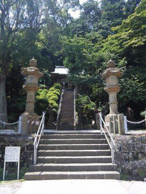本殿と石灯篭